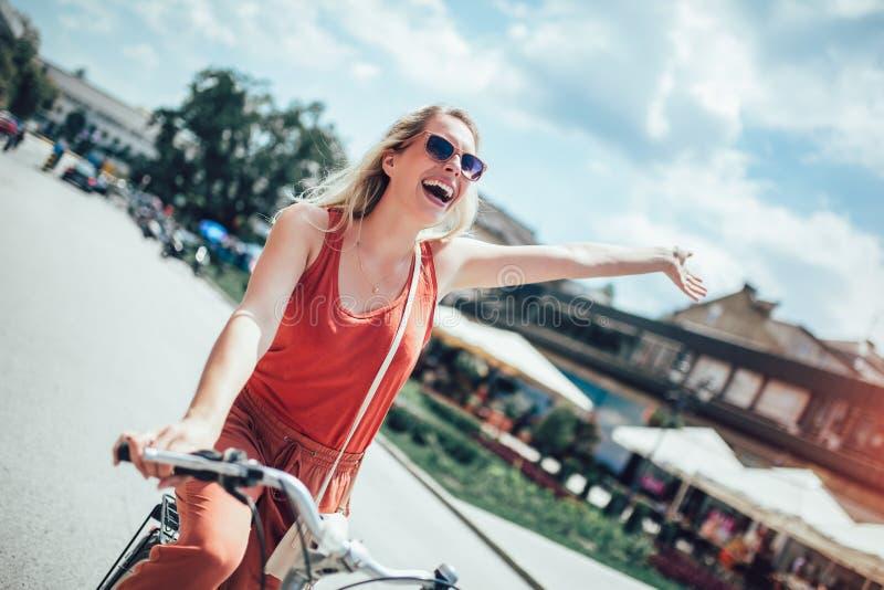 Belle équitation de femme sur le vélo photos libres de droits