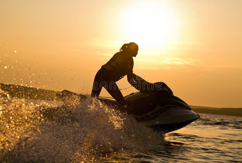 Belle équitation de fille ses skis d'avion à réaction images stock