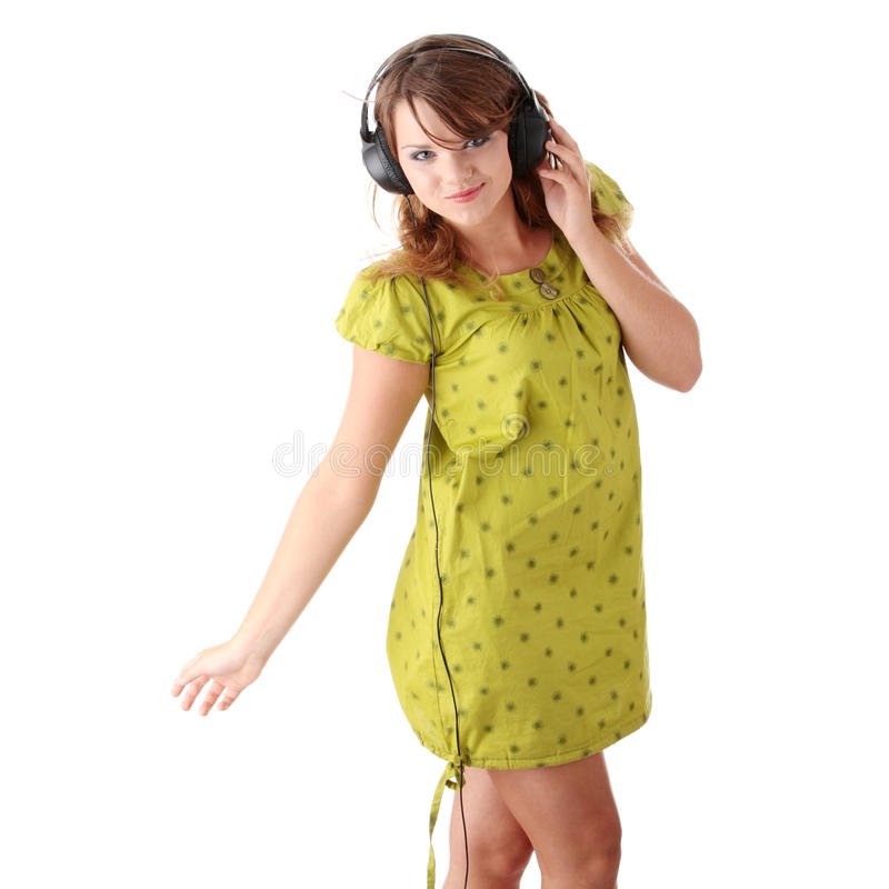 Belle adolescente écoutant la musique photos stock