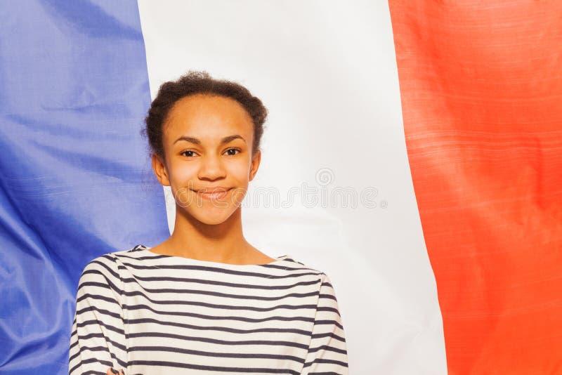 Belle adolescente africaine avec le drapeau français photo stock