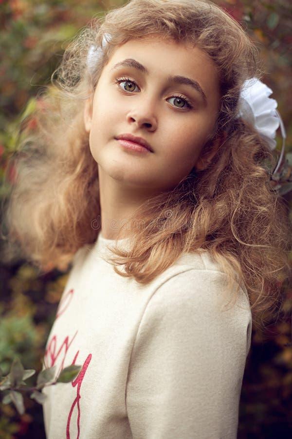 Belle adolescente 10 années, visage adorable regardant le strai images stock
