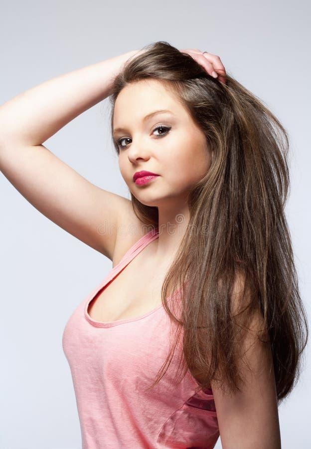 Belle adolescente avec de longs cheveux de Brown photographie stock libre de droits