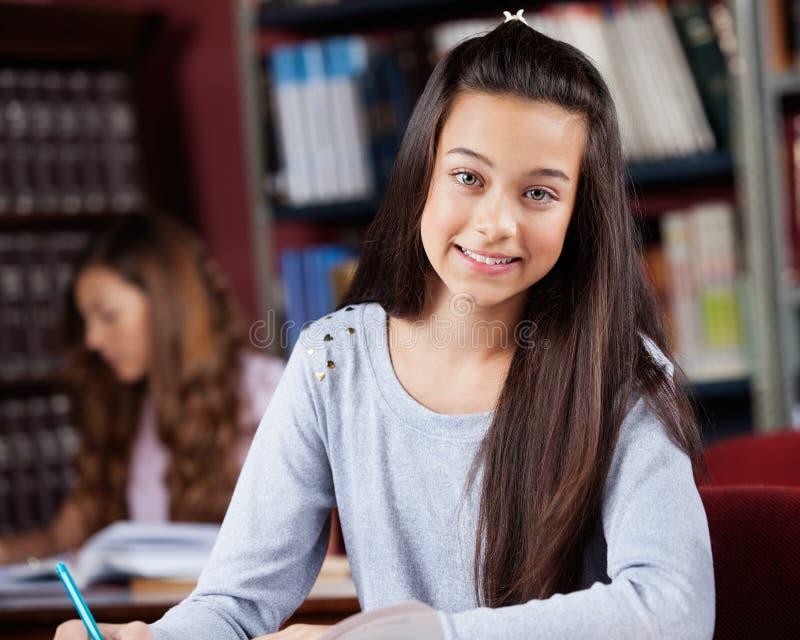 Belle adolescente avec le camarade de classe féminin dedans images libres de droits