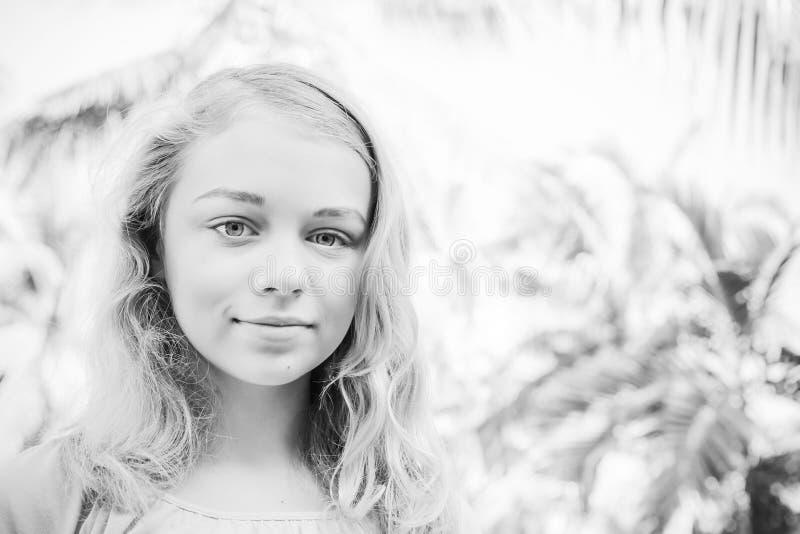 Belle adolescente blonde de fille, portrait monochrome photo libre de droits