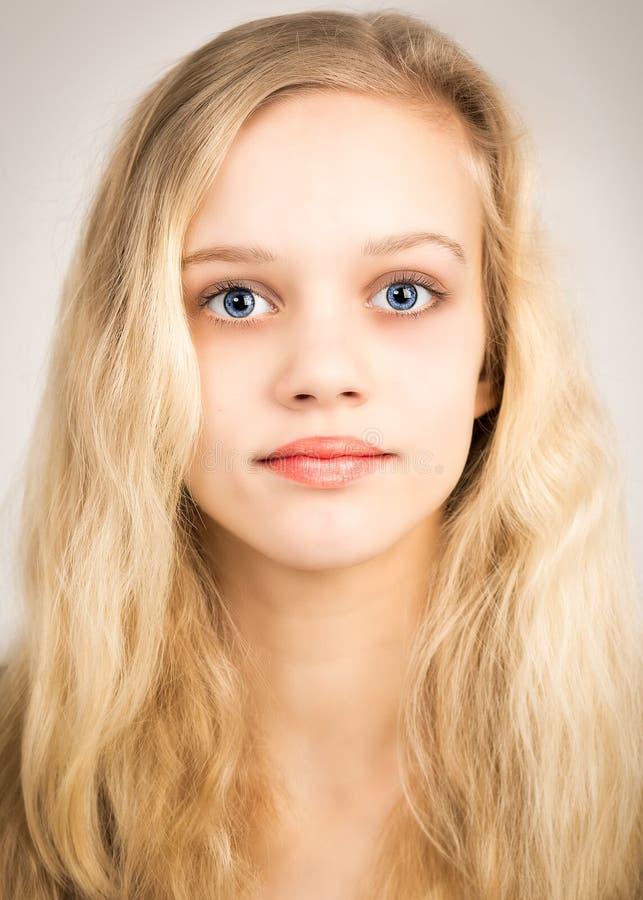 Belle adolescente blonde regardant dans l'appareil-photo images libres de droits