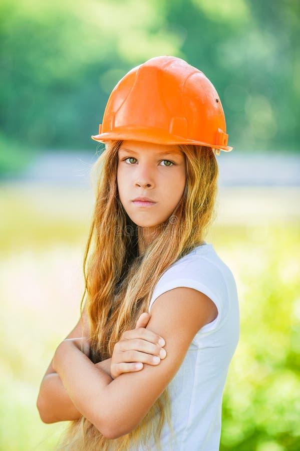 Belle adolescente dans un casque orange photo libre de droits