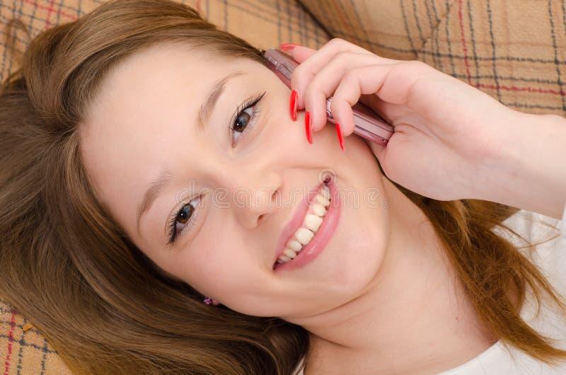 Adolescente parlant au téléphone portable photographie stock libre de droits