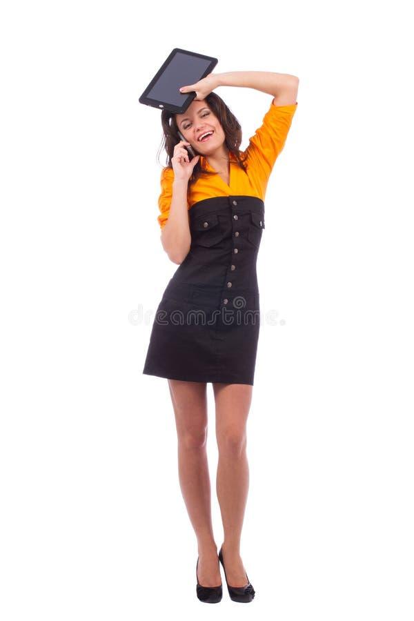 Belle adolescente posant avec l'ordinateur et le téléphone de PC de comprimé image stock