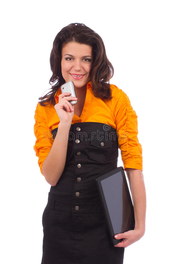 Belle adolescente posant avec l'ordinateur et le téléphone de PC de comprimé image libre de droits