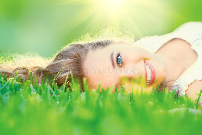 Belle adolescente se trouvant sur l'herbe verte photos libres de droits