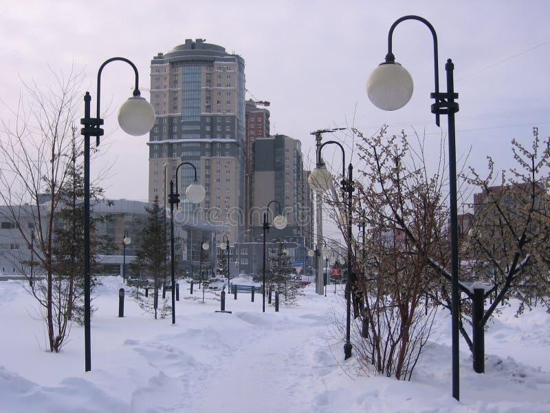 Belle allée avec des lanternes en hiver dans le paysage de ville de Novosibirsk dans la neige images libres de droits