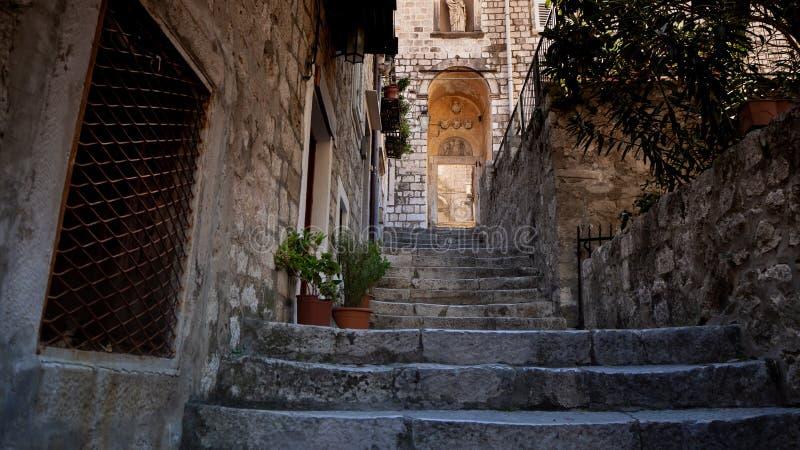 Belle allée tranquille dans la vieille ville de Dubrovnik images stock