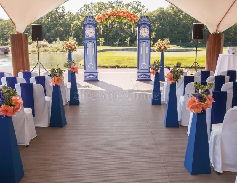 Belle arcade de mariage Voûte comme des horloges décorées des fleurs couleur pêche photographie stock