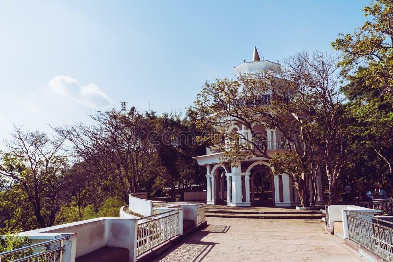 Belle architecture à la colline Rang à Phuket image stock