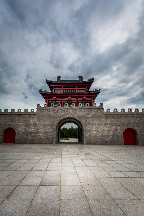 Belle architecture asiatique chinoise avec le mur en pierre et l'entrée à une place avec le bâtiment rouge de dragon image stock