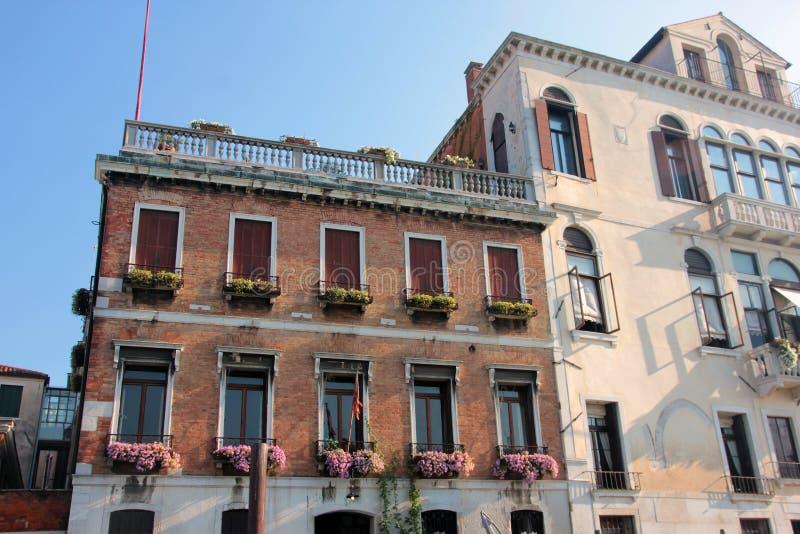 Belle architecture confortable et immeuble de brique rouge à Venise médiévale en Italie photos stock