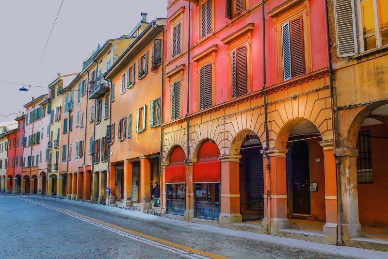 Belle architecture de la ville italienne antique de Bologna image libre de droits