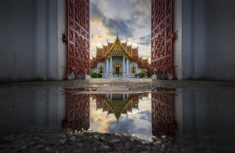 Belle architecture thaïlandaise de la porte de marbre de temple photographie stock libre de droits