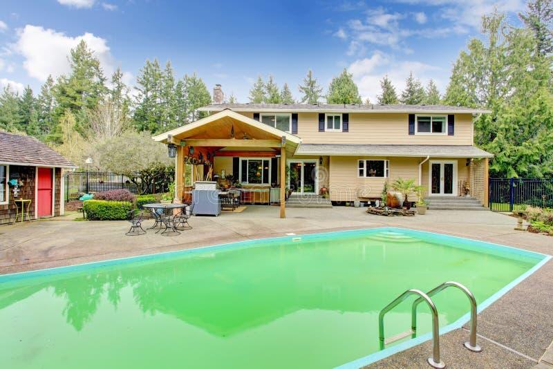 Belle arrière-cour avec le secteur de piscine et de patio photographie stock libre de droits
