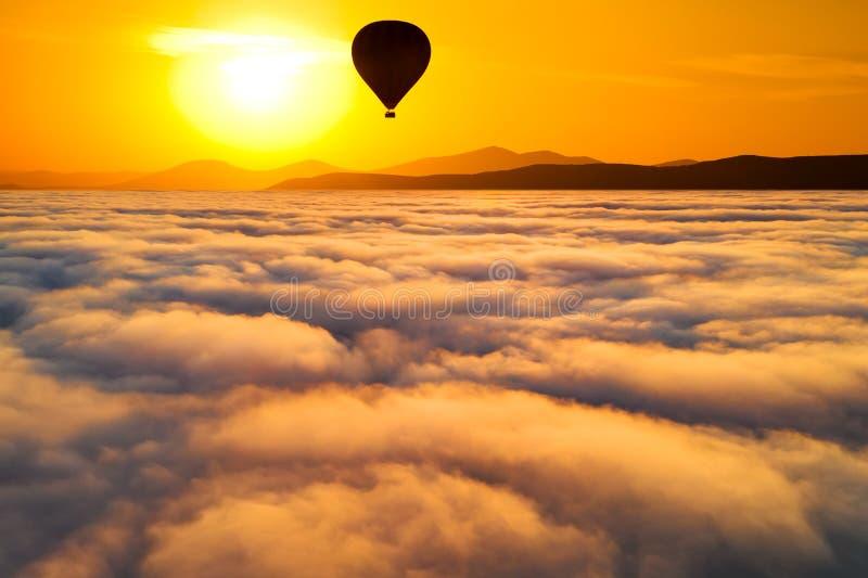 Belle aube brumeuse Vol au-dessus des nuages, vid?o de bourdon images stock