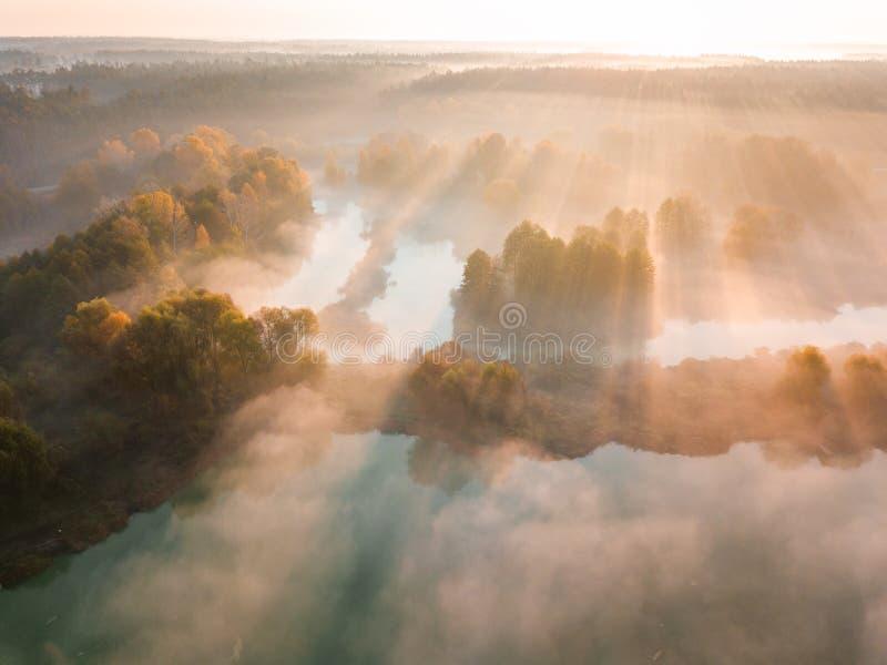 Belle aube brumeuse Vol au-dessus des nuages, vue aérienne photographie stock libre de droits