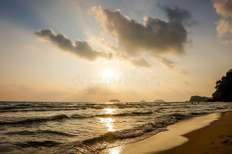 Belle aube colorée au-dessus du fond de mer paradis de nature d'élément de conception de composition image libre de droits