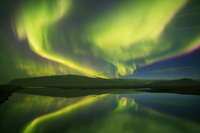 Belle Aurora Borealis panoramique ou mieux connu comme lumi?res du nord pour la vue de fond en Islande, Jokulsarlon photo libre de droits