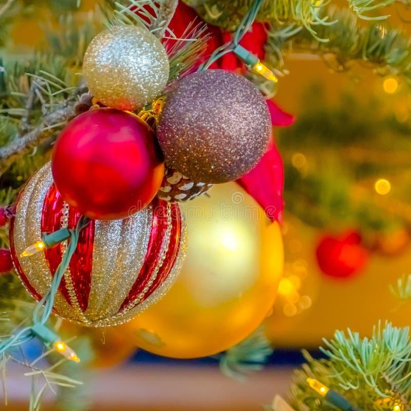 Belle bagattelle scintillanti su un albero di Natale immagini stock
