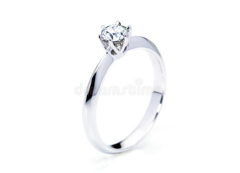 Belle bague à diamant sur le fond blanc image libre de droits