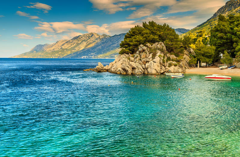 Belle baia e spiaggia con i motoscafi, Brela, regione della Dalmazia, Croazia, Europa fotografia stock