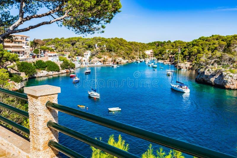 Belle baie de la mer Méditerranée de Cala Figuera Majorca Espagne images libres de droits