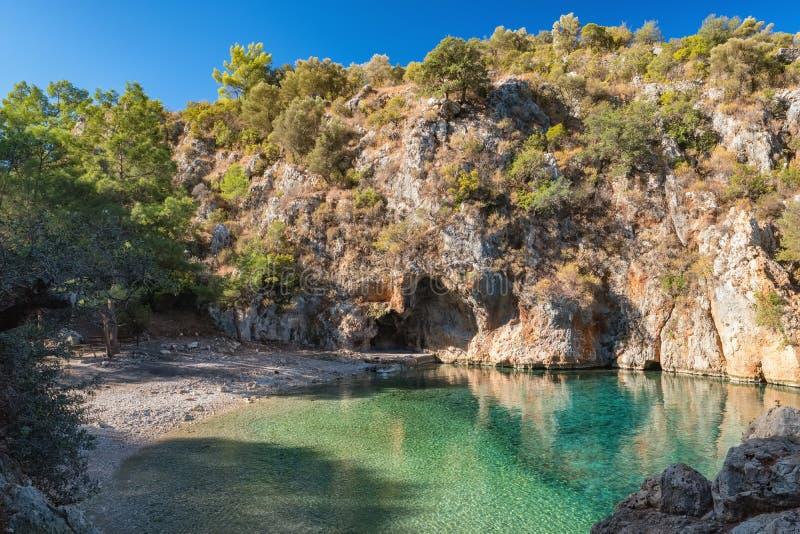 Belle baie de pirate ou koyu de Korsan, près du village de Karaoz, la mer Méditerranée, Turquie photos libres de droits