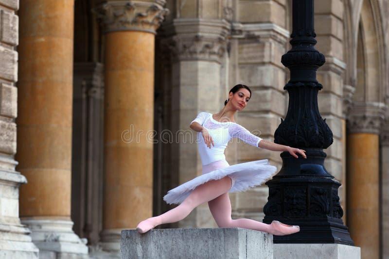 Belle ballerine dans le tutu blanc devant un palais images stock