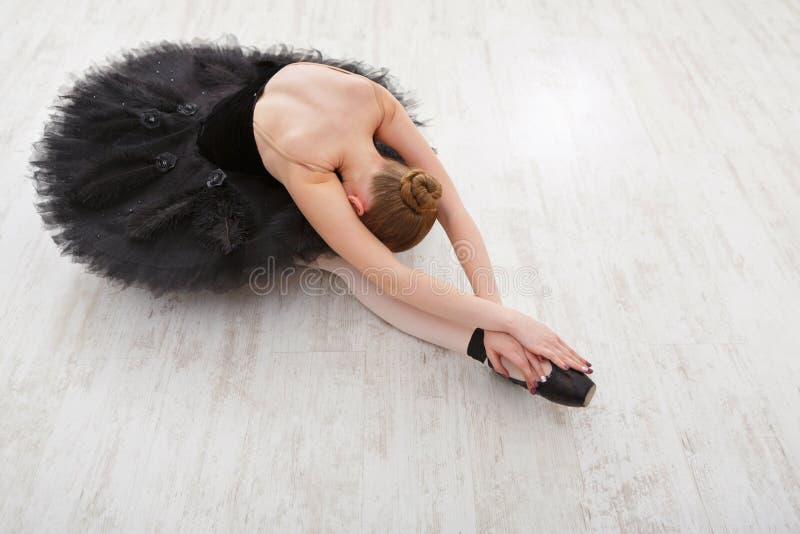 Belle ballerine gracieuse dans la robe de cygne noir photos libres de droits