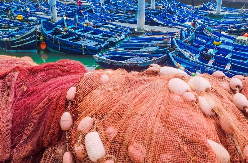 Belle barche blu nel vecchio porto di Essaouira, Marocco immagini stock