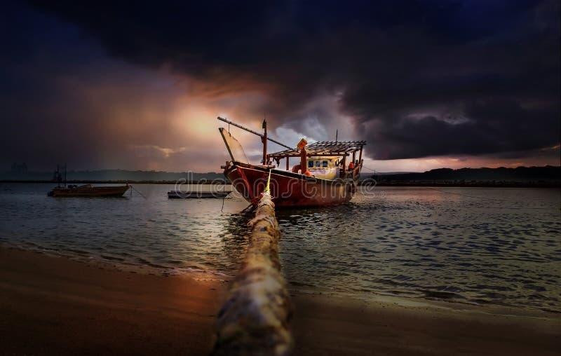 Belle barche di tramonto in spiaggia con il cielo rosso e scuro Dammam - saudita Arabia immagini stock libere da diritti