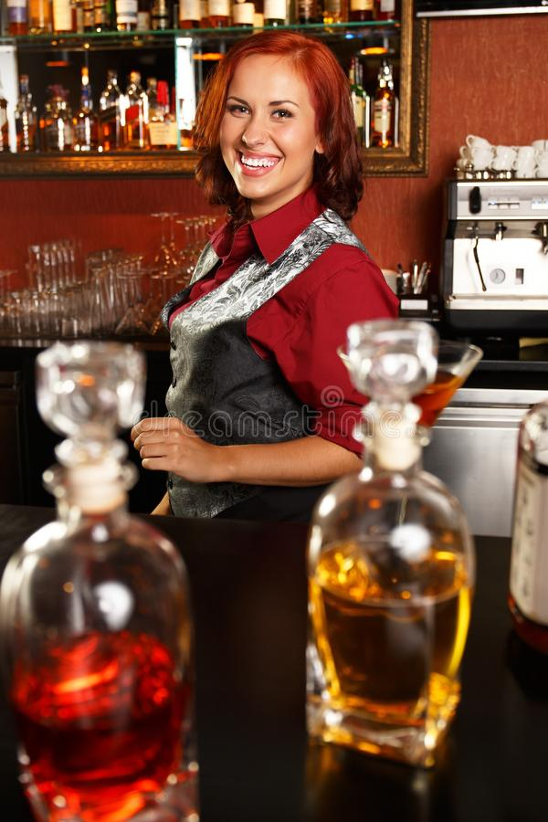 Belle barmaid rousse photo stock