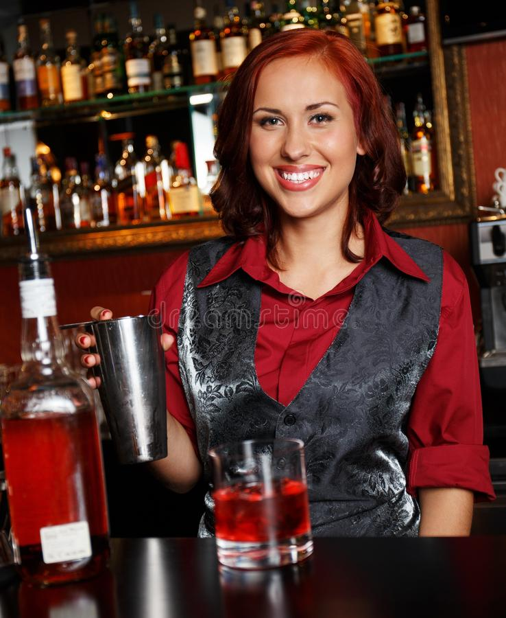 Belle barmaid rousse photo libre de droits