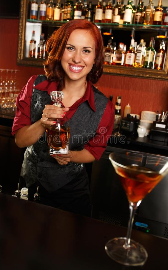 Belle barmaid rousse photographie stock