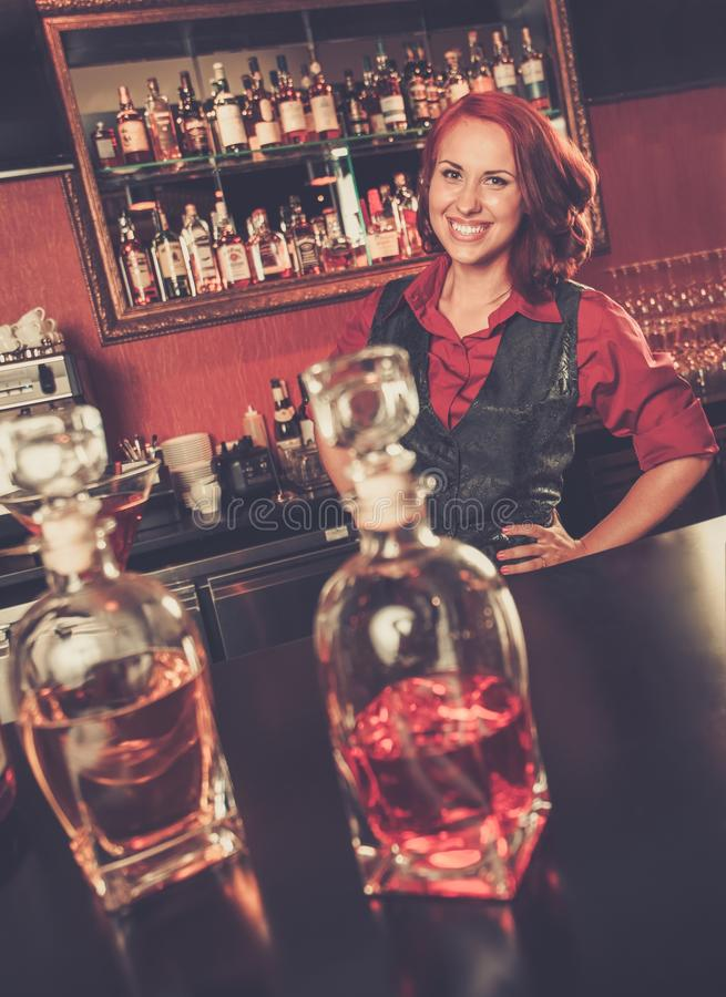 Belle barmaid rousse photos libres de droits