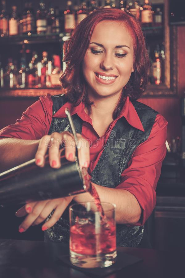 Belle barmaid rousse photographie stock libre de droits