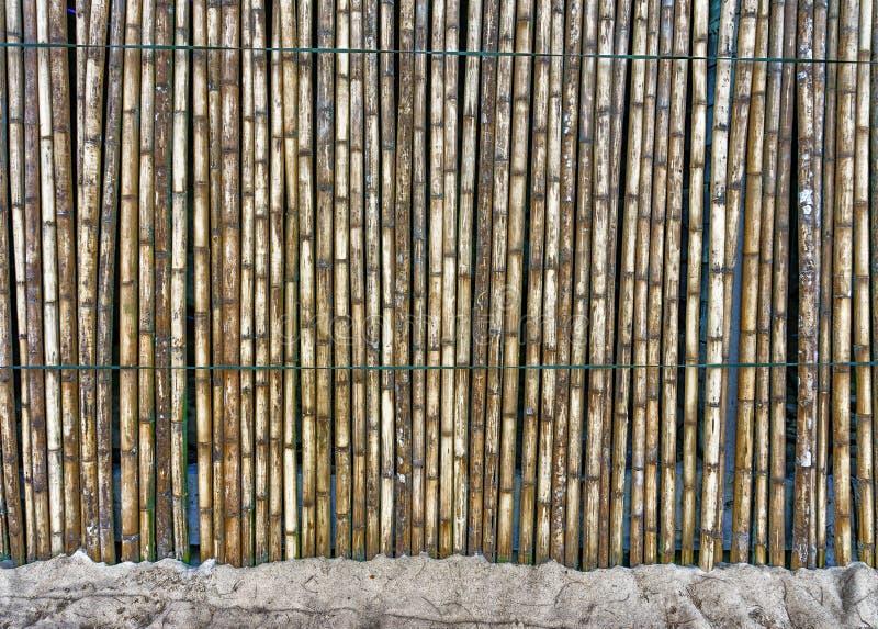 Belle barrière en bambou sur le sable image libre de droits