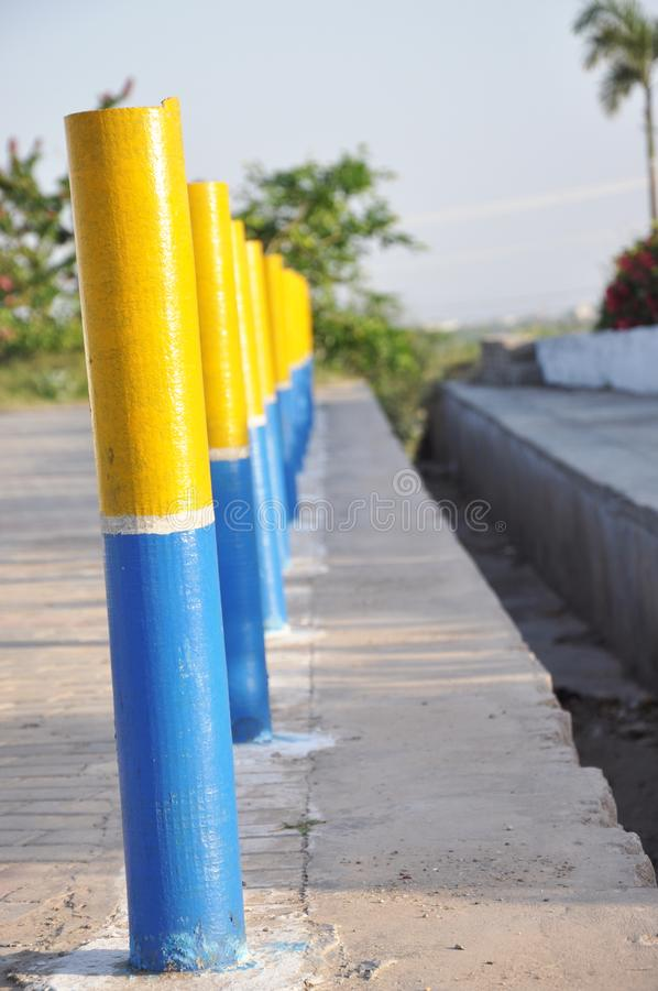 Belle barrière jaune et bleue Posts de cru images libres de droits
