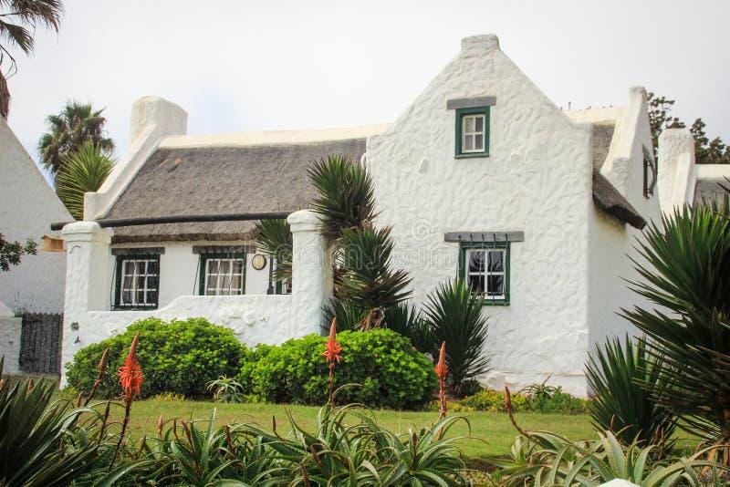 Belle, blanche, confortable maison dans le style colonial de l'Allemagne dans la ville de la baie de Walvis image libre de droits