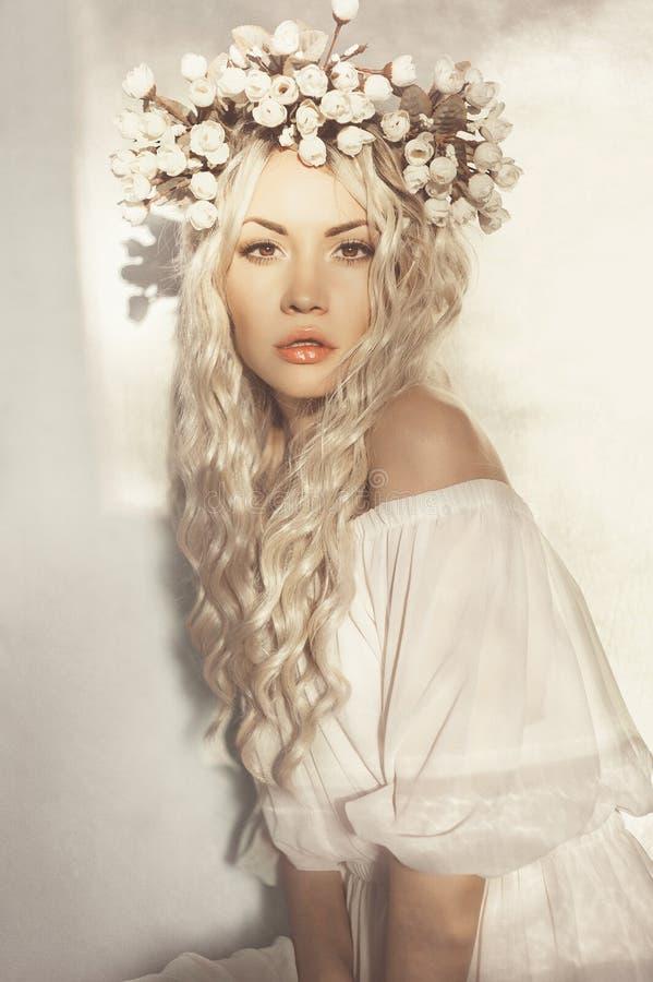 Belle blonde avec la guirlande des fleurs images libres de droits