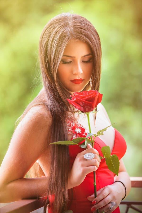 Belle blonde avec la rose de rouge images stock