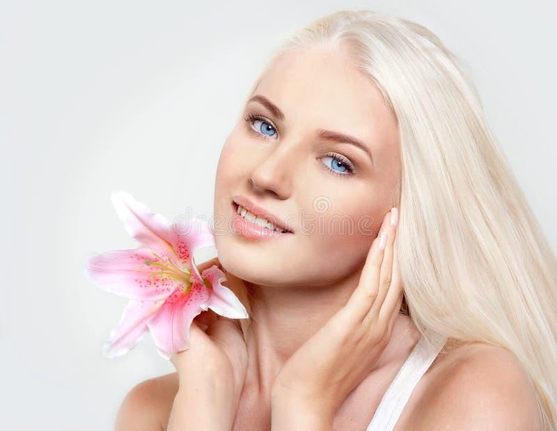 Belle blonde avec le lis photos stock