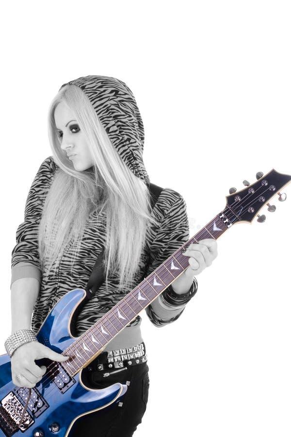 Belle blonde avec une guitare photo stock