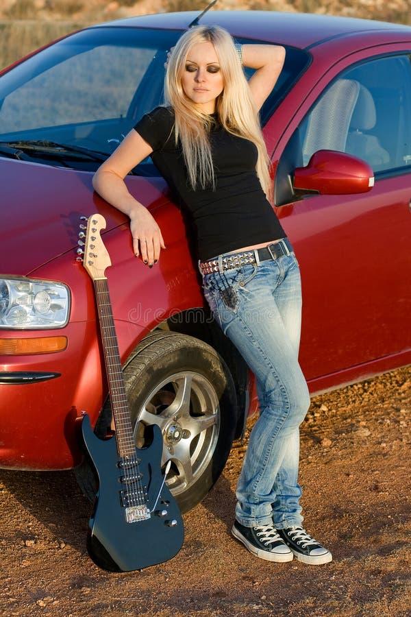 Belle blonde avec une guitare images libres de droits