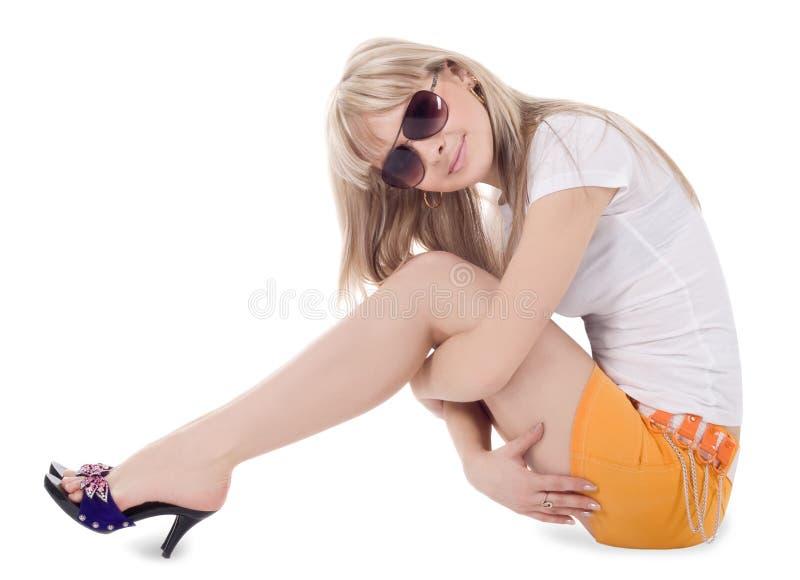 Belle blonde dans des lunettes de soleil au-dessus de blanc images libres de droits